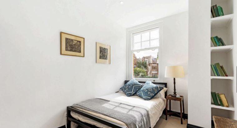 3 bedroom flat in Holmbush Road,, Putney,, SW15