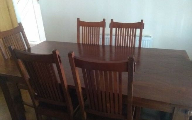 Solid wood dinning table and six chairs in excellent condition.