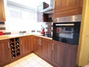 2 bedroom flat in White City Close, White City