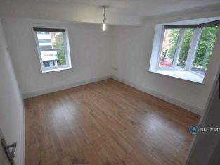 2 bedroom flat in High Street, Alton, GU34 (2 bed) (#914469)