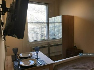 studio flat for rent available